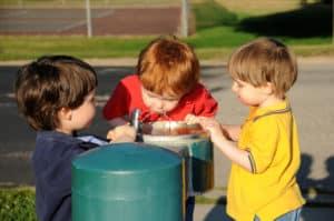 kids drinking water to prevent playground heatstroke
